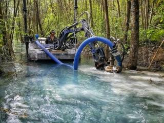 vycistit jezero, odbahneni jezera, odbahneni rybniku, cisteni rybníku, odpad v jezere, koseni bagrem, čisté jezero, kosení jezer, čistení jezier, zber odpadu